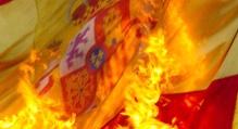 B69. Barcelona, 11/09/06.- Un pequeño grupo de manifestantes encapuchados queman una bandera española al término de la manifestación que los movimientos independentistas catalanes han celebrado hoy por el centro de Barcelona con motivo de la Diada Nacional de Cataluña. EFE/Guillen Sans