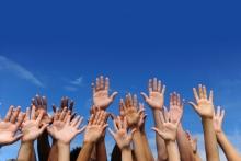 imbeciles que se piensan que van a cambiar el mundo levantando las manos