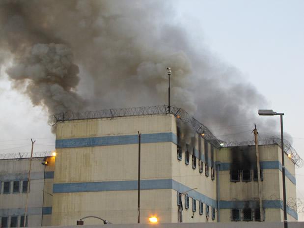 cárcel en llamas fuego